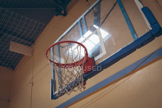 Крупный план баскетбольного кольца на корте — стоковое фото