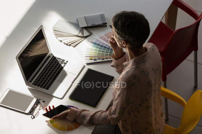Premurosa grafico lavora nell'ufficio — Foto stock