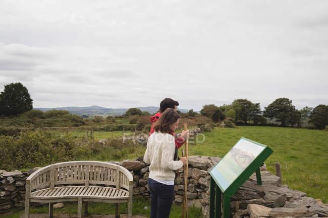 Coppia guardando la pittura in campo in campagna — Foto stock