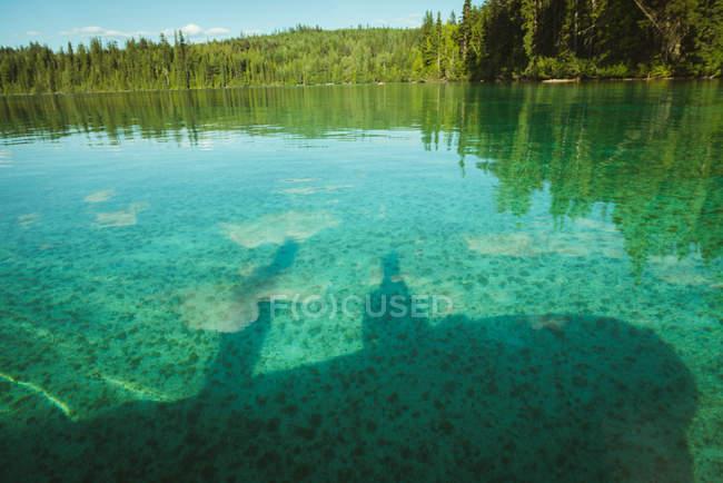 Vue sur le lac par une journée ensoleillée, parc national Banff — Photo de stock
