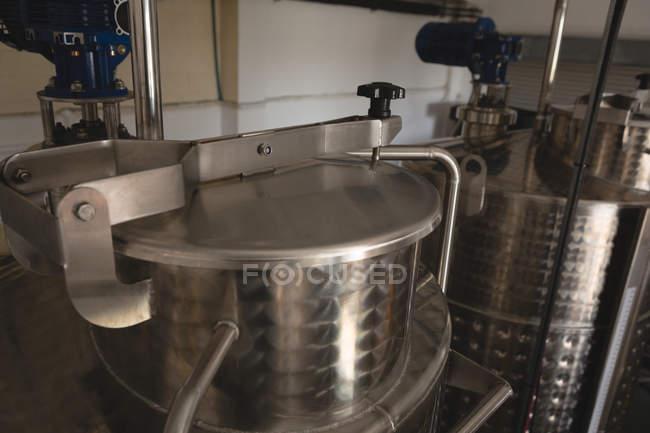 Nahaufnahme einer Weinbrennerei in der Gin-Fabrik — Stockfoto