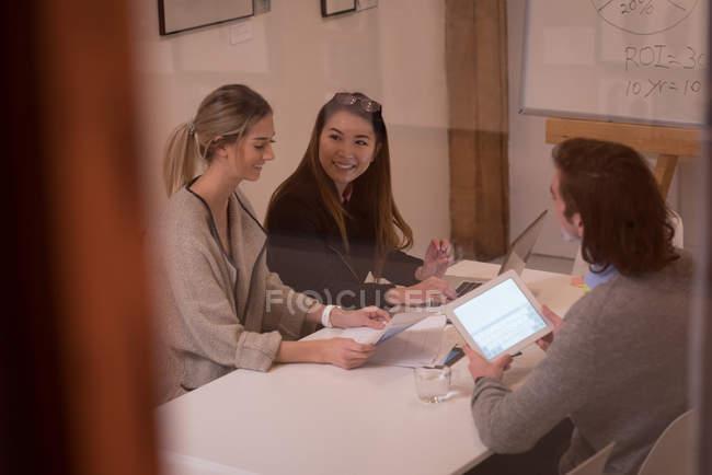 Collègues de travail, avoir des discussion en réunion au bureau — Photo de stock