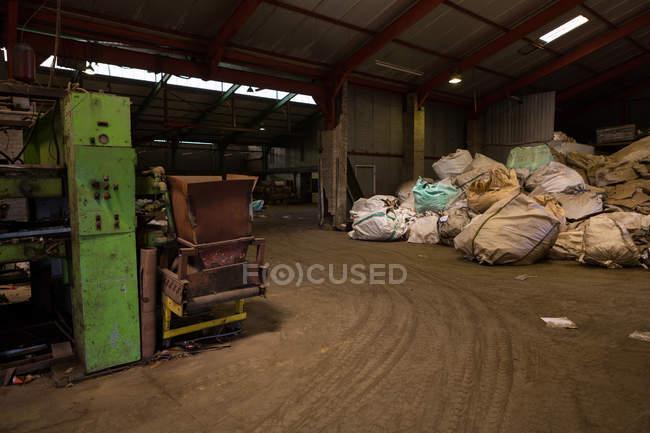 Interior do ferro-velho com lixo — Fotografia de Stock