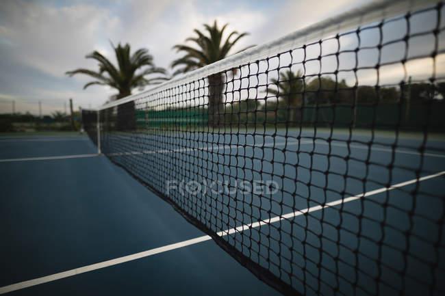 Primer plano de la red en tenis al amanecer - foto de stock
