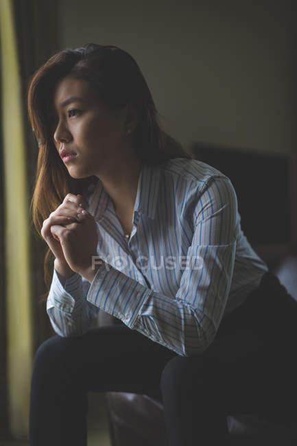 Продуманий підприємець, сидячи на крісло в готельному номері — стокове фото