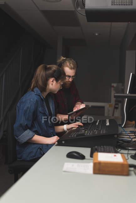 Zwei Tonmeister mit digital-Tablette in studio — Stockfoto