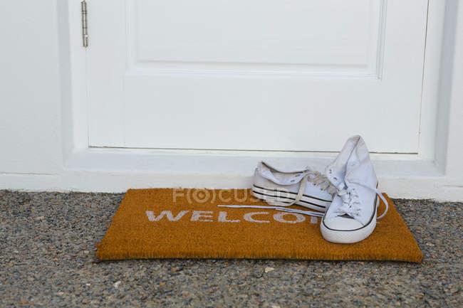 Крупный план ботинок на коврике — стоковое фото