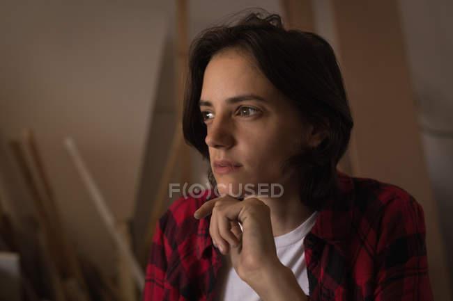 Artisanat réfléchi relaxant dans l'atelier, portrait . — Photo de stock