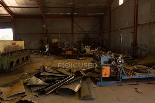 Lamiere arrugginite nel cantiere di demolizione — Foto stock