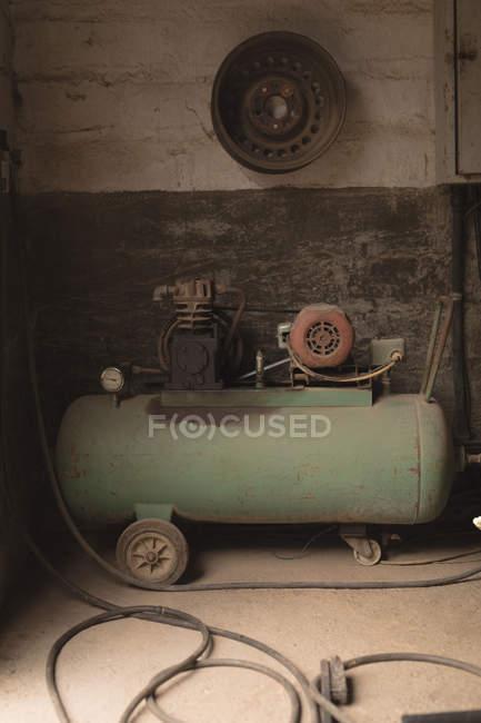 Máquina portátil de spray de pintura en taller - foto de stock