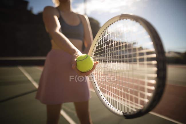 Primer plano de mujer practicando tenis en la cancha de tenis - foto de stock