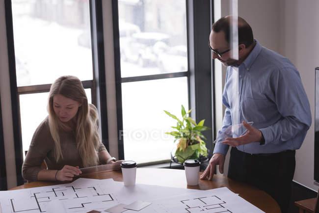 Colleghi d'affari che discutono su progetti in ufficio — Foto stock