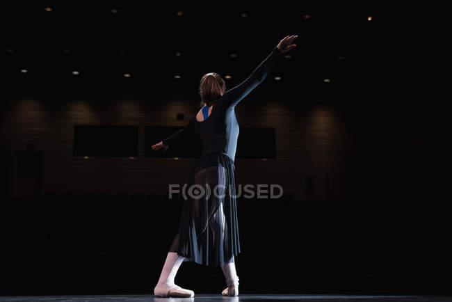 Балерина танцует на сцене в театре. — стоковое фото