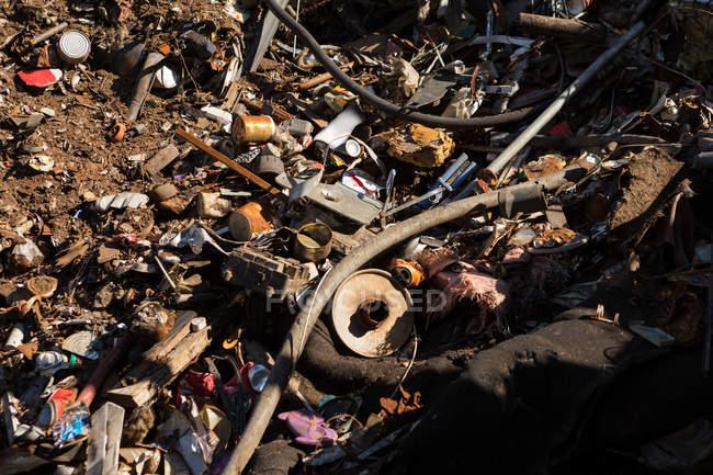 Lixo no chão no ferro-velho — Fotografia de Stock