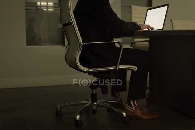 Führungskräfte mit Laptop im Büro — Stockfoto