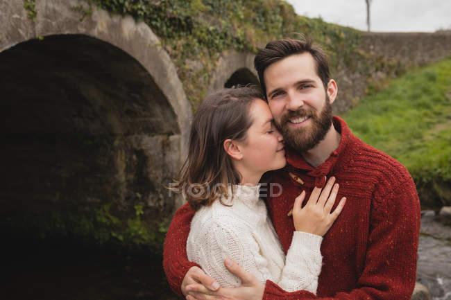Casal afetuoso abraçando uns aos outros — Fotografia de Stock