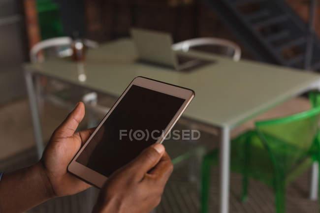 Close up de homem sênior segurando tablet digital em casa — Fotografia de Stock