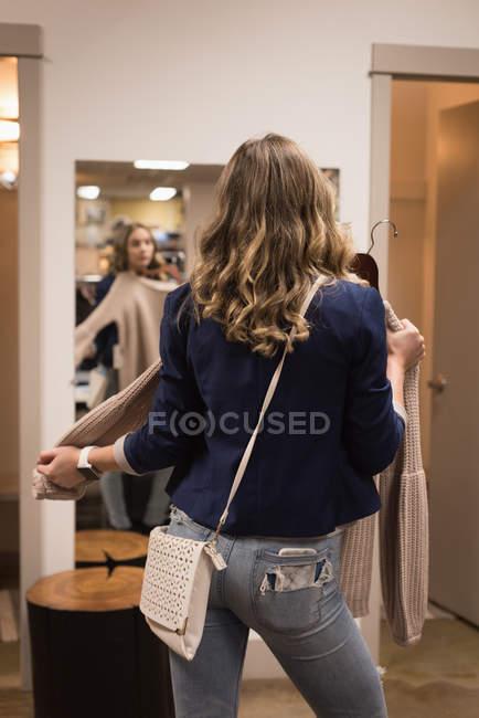 Vue arrière de la fille qui regarde en haut devant le miroir — Photo de stock