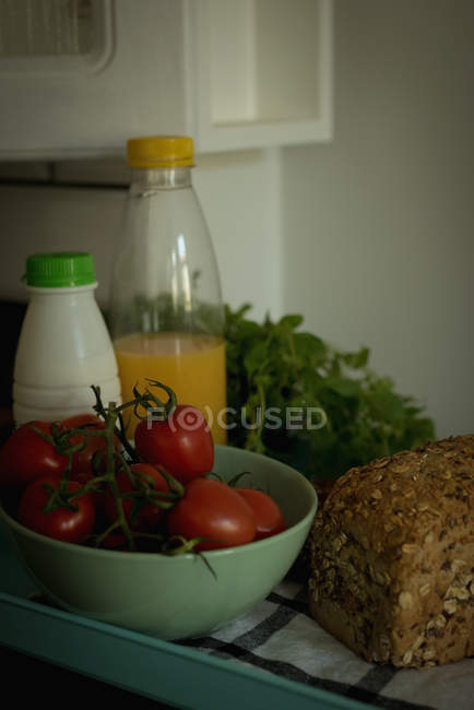 Close up of vegetables and breakfast kept on table — Stock Photo