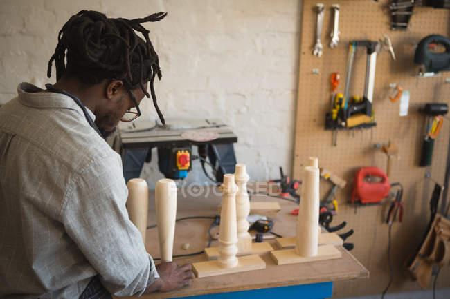 Tischler bereitet Holzsäule in Werkstatt vor — Stockfoto