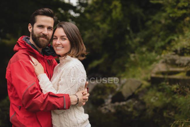 Портрет счастливой пары, обнимающей друг друга — стоковое фото