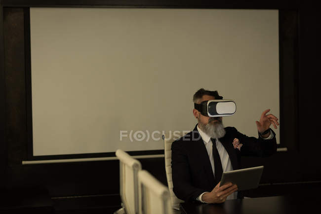 Business executive using virtual reality headset in office — Stock Photo