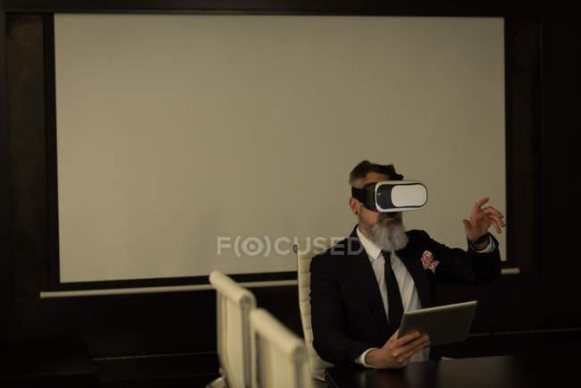 Виконавчим бізнесу за допомогою віртуальної реальності гарнітуру в офісі — стокове фото