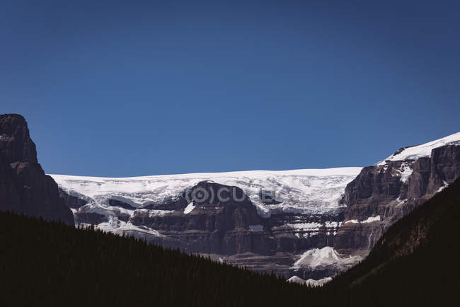 Snow capped mountain on a sunny day — Stock Photo