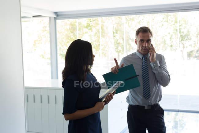 Бизнес-коллег, взаимодействующих друг с другом в офисе — стоковое фото