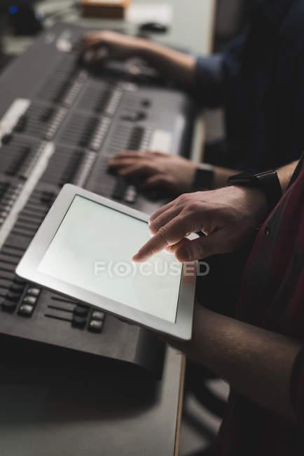 Händen der zwei Tonmeister mit digital-Tablette in studio — Stockfoto