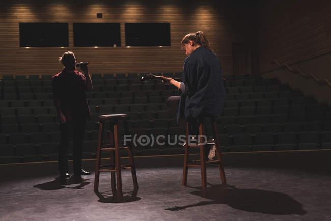 Певец и музыкант, выступления на сцене в театре. — стоковое фото