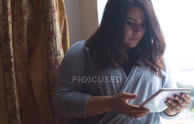 Linda fêmea vlogger usando tablet digital em casa — Fotografia de Stock