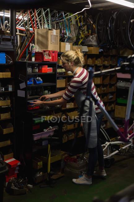 Молода жінка механік працювати в майстерні — стокове фото