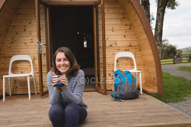 Портрет счастливой женщины, имея кофе вне кабины журнала — стоковое фото