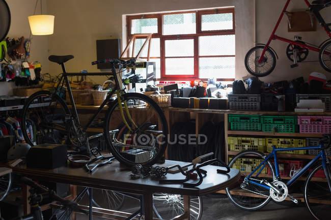 Fahrrad- und Fahrradteile auf einem Tisch in der Werkstatt — Stockfoto