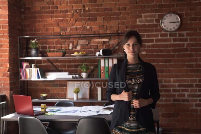 Jeune femme cadre en fonction — Photo de stock
