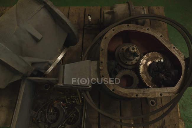 Vista de ángulo alto de la pieza del recipiente para la reparación en la mesa - foto de stock