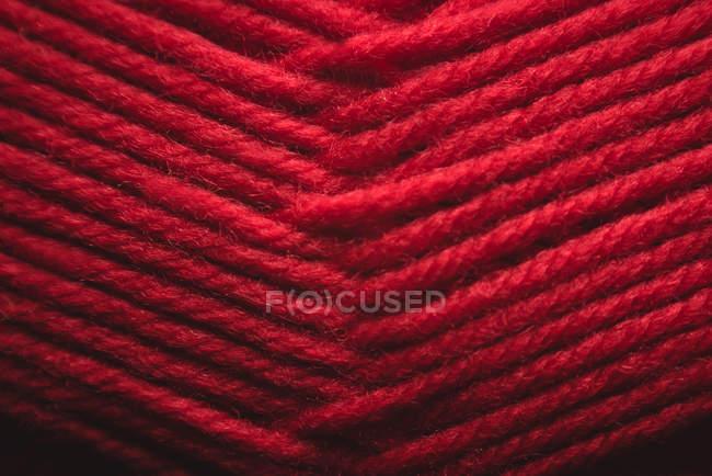 Крупный план запутанной красной пряжи — стоковое фото