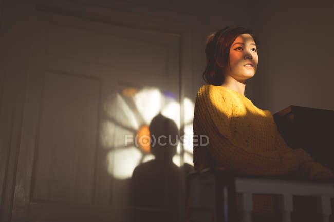 Mulher pensativa de pé em casa — Fotografia de Stock