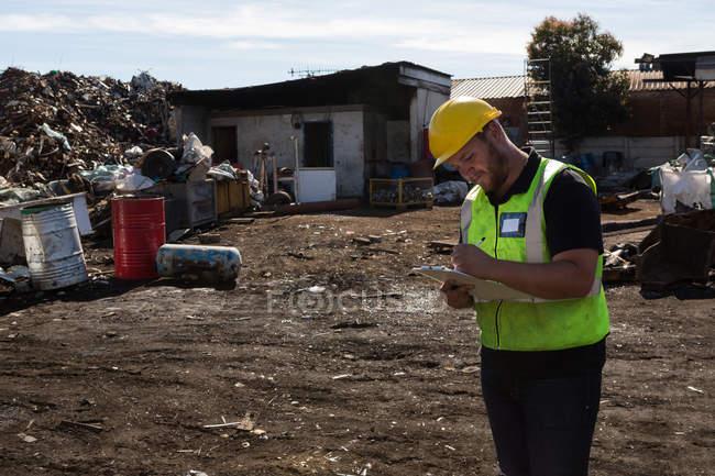 Trabajador en portapapeles scarpyard - foto de stock