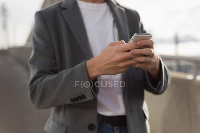 Seção média do homem usando o telefone móvel — Fotografia de Stock