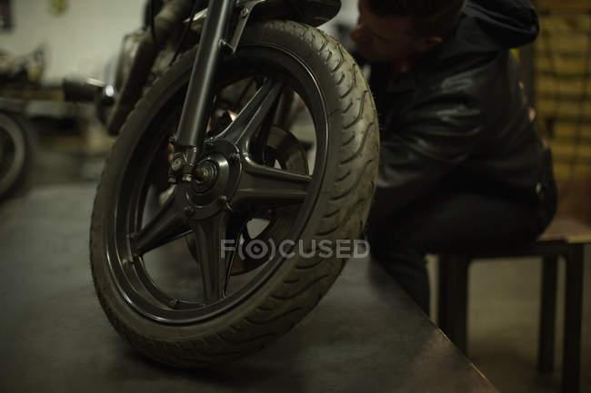 Механік ремонту мотоцикл в гаражі — стокове фото