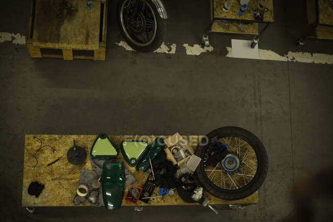 Мотоцикл частин, розташовані на таблиці в гараж накладні — стокове фото