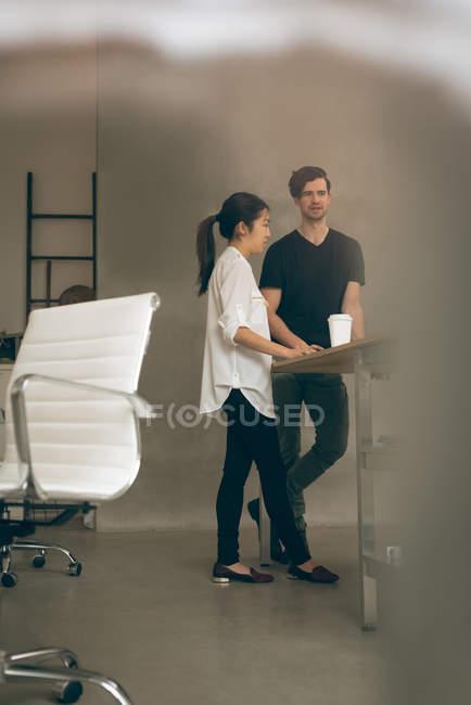 Dirigeants d'entreprises interagissent entre eux dans le Bureau — Photo de stock