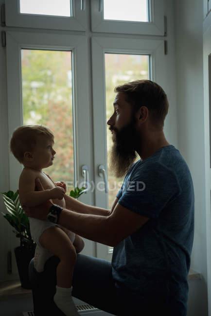 Батько, граючи з його дитиною на дому — стокове фото