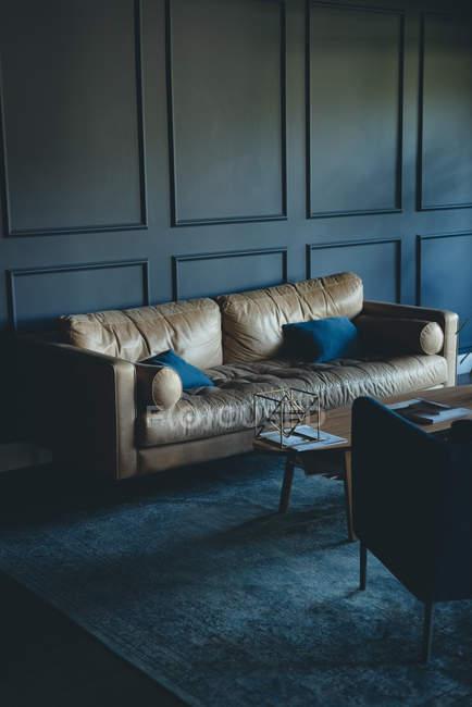 Sofá vazio e cadeira no escritório — Fotografia de Stock