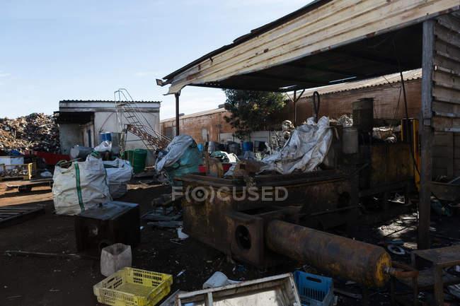 Lixo compactado em ferro-velho em um dia ensolarado — Fotografia de Stock
