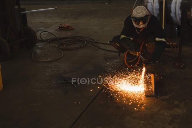 Soldador de reparação navio parte na oficina — Fotografia de Stock