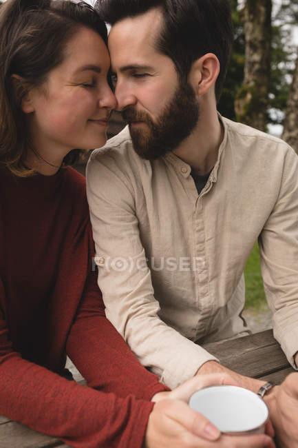 Nahaufnahme eines liebevollen Paares beim Kaffee — Stockfoto