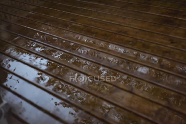 Assoalho de madeira molhado depois da chuva com reflexão — Fotografia de Stock